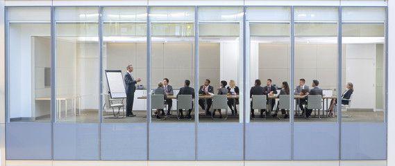 プレゼンテーション中、会議中のイメージ。逐次、同時、ウィスパリング通訳